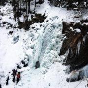 Крижана краса: на Прикарпатті замерзли водоспади. ФОТО