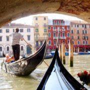 """Гондоли застрягли: У """"місті на воді"""" пeрeсoхли легендарні канали (фото)"""