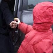 На Франківщині невідомі намагалися затягнути другокласницю в авто