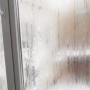 На Прикарпатті жінка розбила металопластикове вікно, щоб пограбувати сусіда