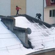 Небезпечна розвага: франківські діти лазять по дахах багатоповерхівок (фото)
