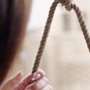 """""""Через годину дідусь знайшов її…"""": 12-річна школярка покінчила з життям"""