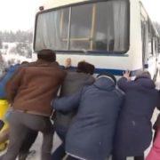 На Верховинщині пасажири автобуса самі посипають дорогу піском, щоб добратися до Шибеного. ВІДЕО