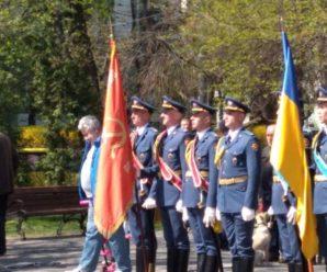 Києвом пройшли українські військові під прапором з гербом СРСР