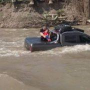 """Як чоловік своє авто у річці помив: на Закарпатті горе-водій втопив свій """"Мерседес"""""""