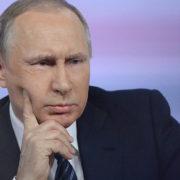 """""""Як курка лапою"""": Путiн потрипив у конфуз після того, як не зміг прочитати свої нотатки (відео)"""