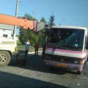 """""""Накололо як на шампурі""""… Вантажний кран наскрізь проштрикнув рейсовий автобус."""
