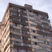 """""""Взяла дочку на руки і запропонувала їй політати"""": у Росії співробітниця полiцiї вuкuнулaся з дев'ятого поверху"""