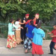 """""""Накинулися з палицями"""": П'яні роми побили двох дітей і поліцейських"""