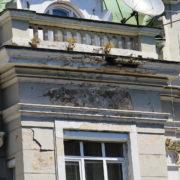 В середмісті Франківська людям на голови продовжують сипатись фасади будинків (фото)