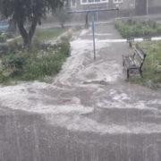 Негода у Долині перетворила вулиці на ріки (відео)