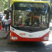 В Одесі з тролейбуса випала жінка і отримала травму