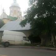 Мікроавтобус розтрощив стіну будинку, водія забрала швидка (фото)