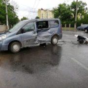 У приміському селі мотоцикліст влетів у мінівен. ФОТО