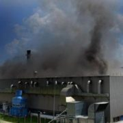 Загорівся завод, який випускає одну з найвідоміших у світі марок автомобілів (ФОТО)