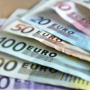 Можна знайти роботу на 80 і більше тис. грн: що пропонують українцям за кордоном