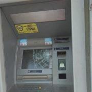 На Прикарпатті чоловік сокирою розтрощив банкомат, бо йому не дали кредит (фото)