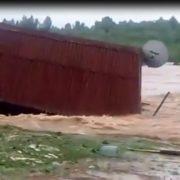 На Прикарпатті повінь на Лімниці знесла з берега колибу. ФОТО, ВІДЕО