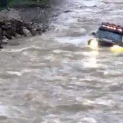 Негода на Прикарпатті: водій на автомобілі намагався перетнути річку але машина перекинулась(відео)