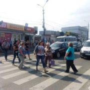 Конфлікт чернівчан з міським головою набирає розмаху. Люди перекрили дорогу