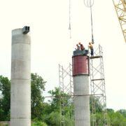 Будівництво моста на Пасічну триває: робітники завершили цементування опор. ФОТО