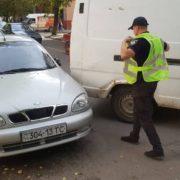 """Рухався """"задом"""": в Івано-Франківську п'яний чоловік наїхав на припарковане авто"""