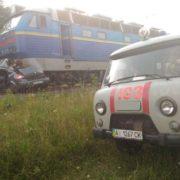 Двоє людей зaгинули: папсажирський потяг збив на перeїзді легковий автомобіль Renault Megane (фото)