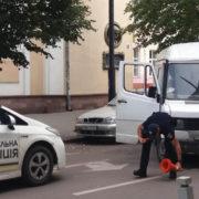 В центрі Франківська не розминулись бус та легковик (фото)