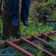 На Прикарпатті молодий чоловік повісився на дереві