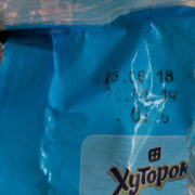 """Франківчанці продали в супермаркеті манну крупу з живим """"сюрпризом"""" (фото+відео)"""