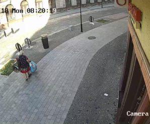У Франківську жінка щодня залишає пакети зі сміттям просто посеред міста. ФОТО