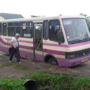 """На Прикарпатті автобус """"потонув"""" у ямі (фото)"""
