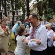 Марцінків станцював коломийки з франківськими пенсіонерками (відео)