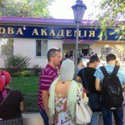 В Одесі московських попів не пустили на територію Військової академії (відео)