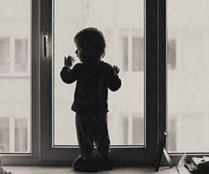 Виліз у вікно п`ятого поверху і кликав маму. Жінка залишила 3-річного сина одного у квартирі