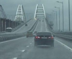 """""""Потужна стихія у Керчі"""": зірваний штормом плавучий кран врізався в опору Кримського моста"""