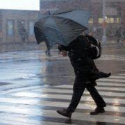 Штормове попередження: на Прикарпатті очікується шквалистий вітер