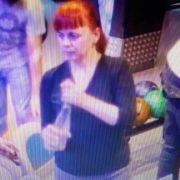 В Івано-Франківську розшукують злодійку, яка вкрала жіночу сумку (ФОТО)