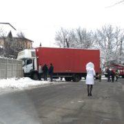 Ранкова ДТП: на Микитинецькій вантажівка в'їхала в паркан і перекрила дорогу