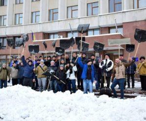 Завтра о сьомій ранку івано-франківські чиновники з лопатами вийдуть на прибирання міста від снігу