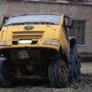 У Дніпрі, в дворі школи, під землю провалилася вантажівка (фото)