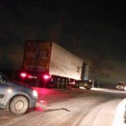 Замість дороги – лід: під Львовом на трасі застрягли фури та легкові автомобілі (фото)