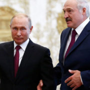 Тримався за крісло і стискав кулак: Путін дивно відреагував на промову Лукашенка (відео)