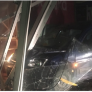 У Франківську машина протаранила в'їзд до гіпермаркету техніки (ФОТО)
