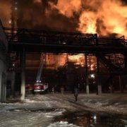 """У Калуші рятувальники досі ліквідовують пожежу на заводі """"Карпатнафтохім"""""""