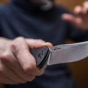 Схопила кухонний ніж і вдарила ним у груди: Під Києвом жінка жорстоко вбила свого батька