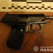 На Прикарпатті чоловік з пістолета вистрелив собі в руку