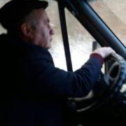 На Прикарпатті водій маршрутки, виганяючи пенсіонерку з автобуса, порвав її куртку і сумку