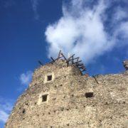 На Закарпатті вітер повалив вежу Невицького замку (фото)