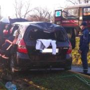 ДТП на Прикарпатті: рятувальники вирізали з машини потерпілих (фото)